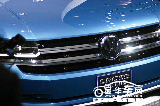 """2013北美(底特律)国际车展于14日开幕,大众全新CROSSBULE概念车(首款7座SUV车型)在车展上进行了全球首发亮相。大众这款中大型跨界SUV内部代号为""""B-SUV"""",定位在途锐之下,售价也将比途锐的价格低几千美元。相比于5座SUV,这款7座SUV更偏重于实用性和家用,但不具备类似于途锐的通过能力。未来上市后将锁定福特Explorer、本田Pilot及丰田汉兰达等车型作为最直接的竞争对手。而据之前的消息,这款SUV同样将实现国产。  大众CrossBule概念车首发亮相 外"""